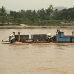 LKW-Fähre, halb unter Wasser