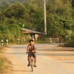 Junge auf dem Rad unterwegs