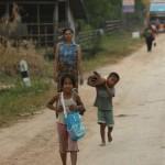 Kinder und Mutter holten Waren vom Bus ab