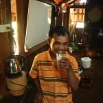 Mr. Vieng testet den ersten Latte Macciato