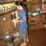 seine Frau bereitet währendessen unser Frühstück zu