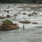 Kinder spielen im Fluß