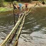 Laoten beim Bau einer Bambus-Brücke